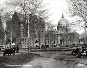 L'immeuble du YMCA de Montréal au square Dominion, en 1910. Ce bâtiment sera démoli en 1912 pour faire place à l'Édifice Sun Life.