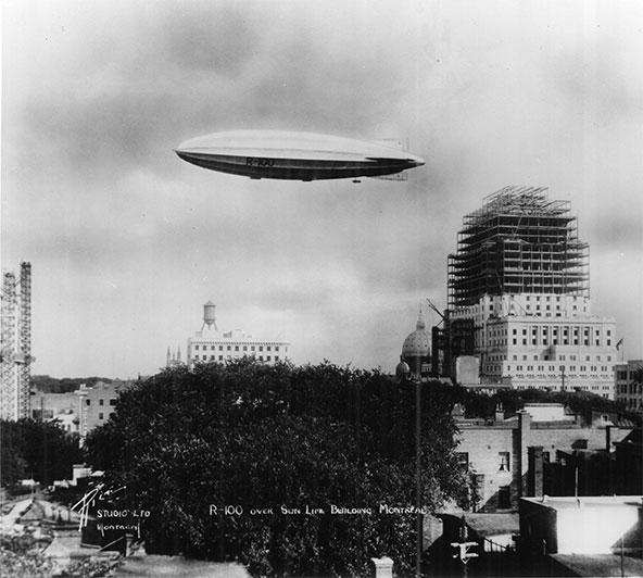 Le 1<sup>er</sup> août 1930, le dirigeable britannique R-100 passe dans le ciel de Montréal au-dessus de l'Édifice Sun Life alors en construction, après une traversée transatlantique de 16 jours.