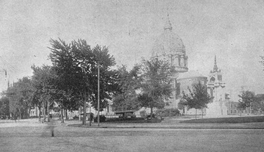 Partie du square Dominion montrant la cathédrale et le monument érigé en l'honneur de John A. Macdonald.