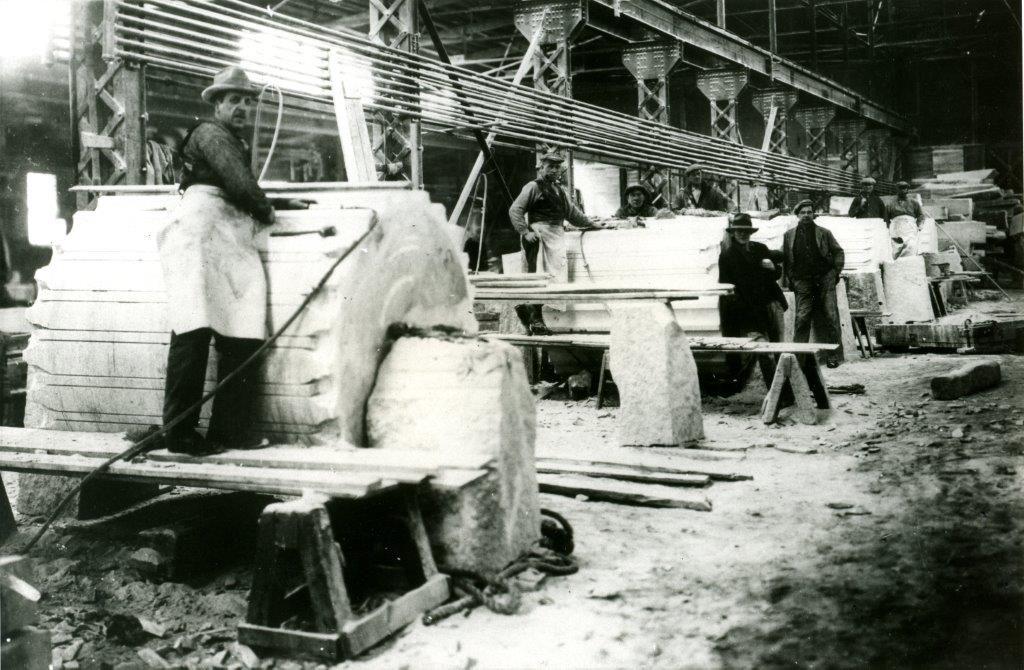 Des hommes de la Stanstead Granite Quarries Co. (aujourd'hui Rock of Ages Canada) en train de travailler à la taille des colonnes de l'Édifice Sun Life, en 1914.