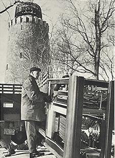Le 16 janvier 1967, la console du carillon, qui ressemble à un grand orgue, est installée dans un bâtiment spécialement construit pour elle, à proximité de la Tour de Lévis.