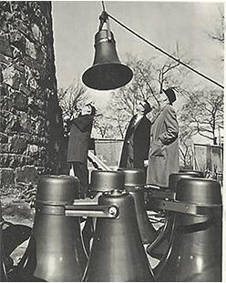 Le 27 octobre 1966, Stentors, le système d'amplification du carillon, est installé au sommet de la Tour de Lévis, tout près du pavillon des États-Unis, à l'île Sainte-Hélène.